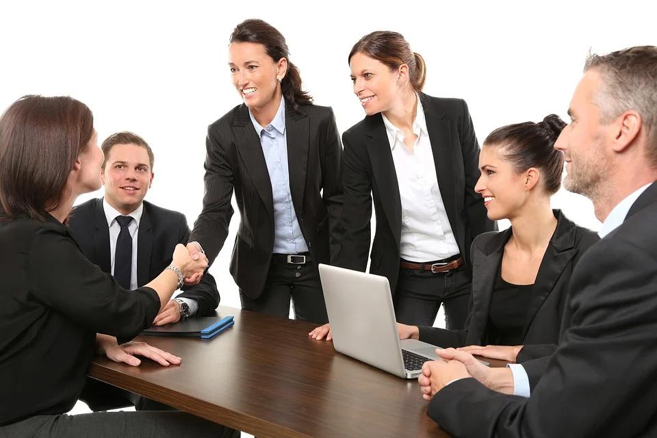 النجاح في العمل وما يتطلبه من مفاتيح تحقق التوازن والرفاهية في بيئة الوظيفة